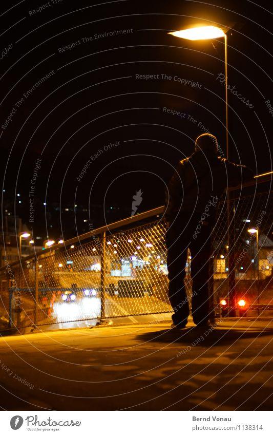 Grüße aus der Provinz Mensch Mann Stadt dunkel Erwachsene Straße Lampe maskulin PKW Verkehr stehen 45-60 Jahre Rücken Aussicht Brücke Straßenbeleuchtung