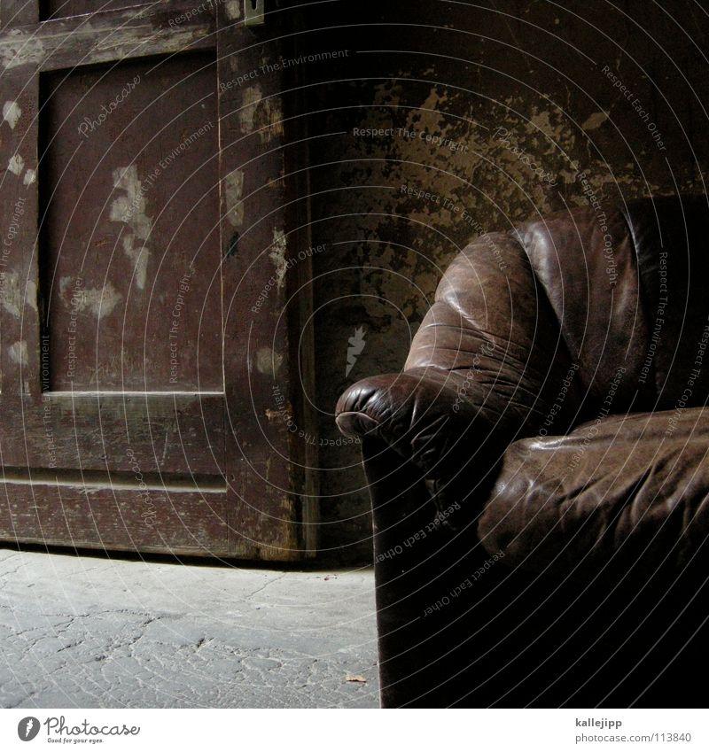 couch potatoe alt Haus braun Tür dreckig weich Bar verfallen Bauernhof Club Umzug (Wohnungswechsel) Sitzgelegenheit parken Leder Hinterhof Miete