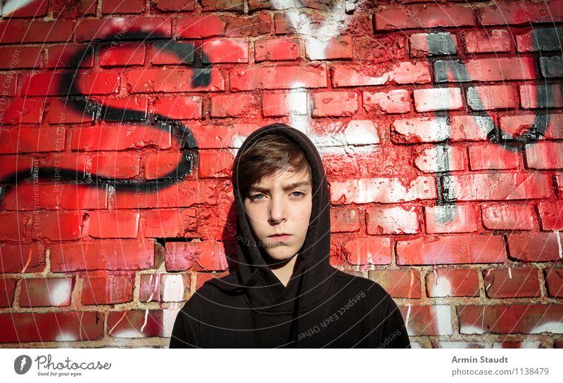 Porträt eines Jugendlichen mit Hoodie vor einer Graffiti Wand Junger Mann Lifestyle hoodie Stil Design Mensch maskulin Kopf 1 13-18 Jahre Kind Mauer