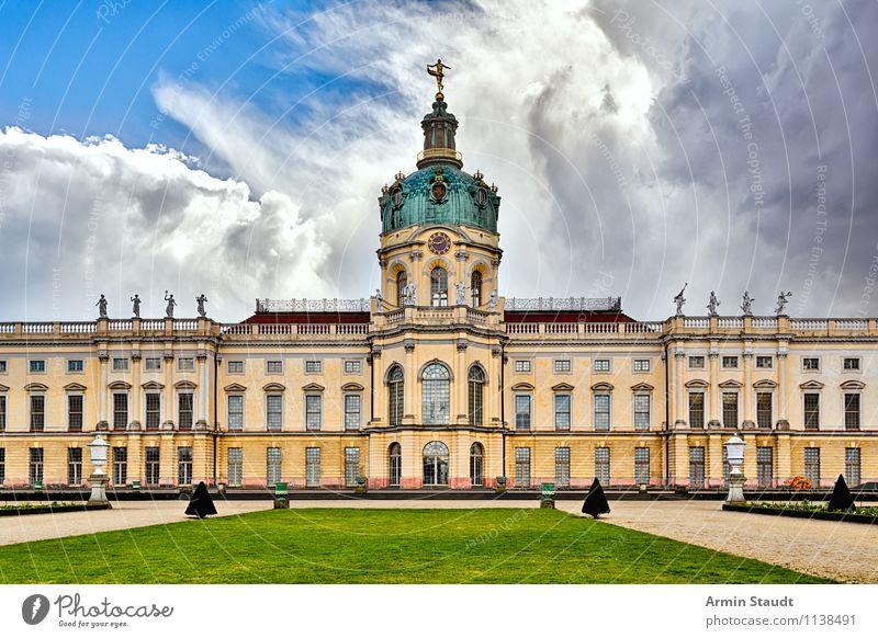 Schloß Charlottenburg Stil Design Architektur Luft Himmel Wolken Frühling Sommer Schönes Wetter Unwetter Wiese Berlin Menschenleer Palast Burg oder Schloss Park