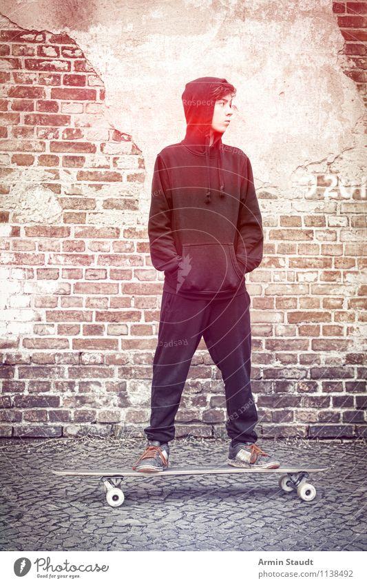 Cool auf'm Longboard I Lifestyle Stil Sport Skateboarding Mensch maskulin Junger Mann Jugendliche 1 13-18 Jahre Kind Mauer Wand Backsteinwand Kopfsteinpflaster