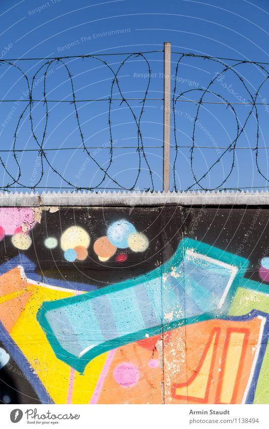 Hübsche Mauer mit Stacheldraht Sommer Wand Graffiti Freiheit Stein Stimmung Metall Design authentisch Fröhlichkeit Beton bedrohlich Kultur Hoffnung Sicherheit