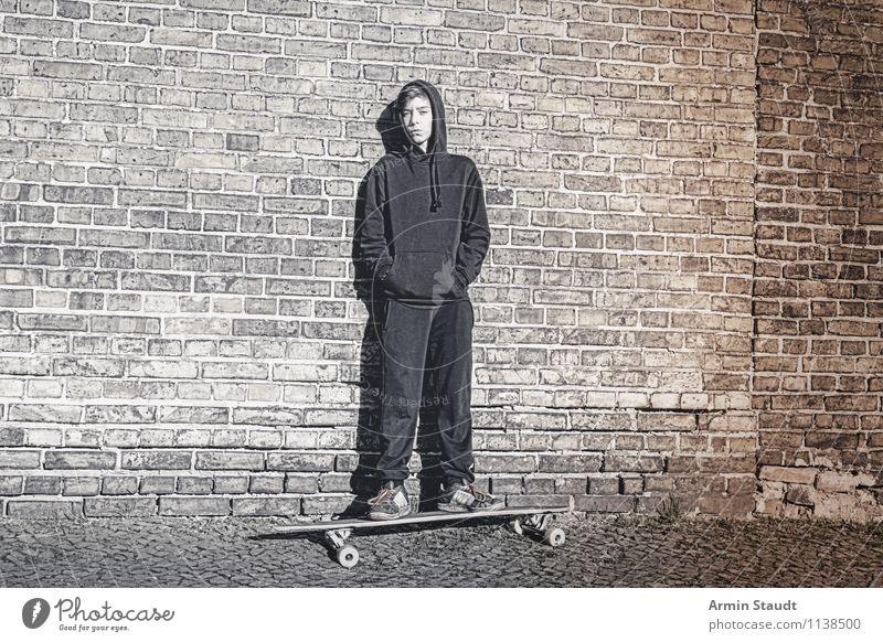 Cool auf'm Longboard II Lifestyle Stil Sport Mensch maskulin Junger Mann Jugendliche 1 13-18 Jahre Kind Mauer Wand Turnschuh stehen sportlich Coolness dunkel