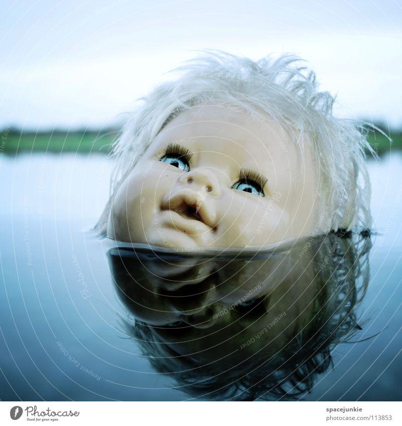 In the water Spielzeug bedrohlich beängstigend blond Chucky gruselig Horrorfilm böse süß niedlich skurril See Meer nass Freude Puppe Auge blau Angst Wildtier