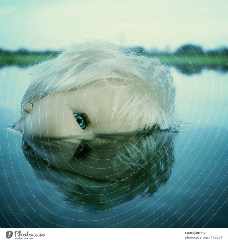 In the water (2) Spielzeug bedrohlich beängstigend blond Chucky gruselig Horrorfilm böse süß niedlich skurril See Meer nass Freude Puppe Auge blau Angst