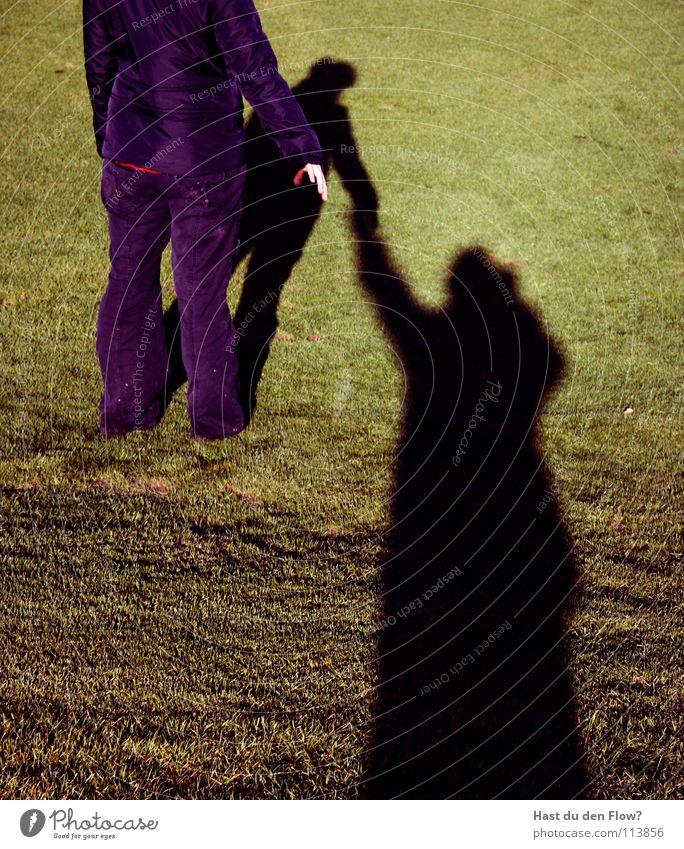 hand in hand Wiese Gras grün Frau Hügel Traumwelt Traumland Golfplatz Feindschaft verfolgen Winter Dezember saftig schön kalt Schal Zusammensein Hand in Hand
