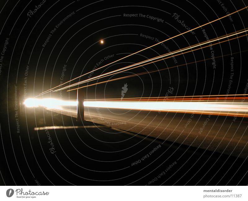 nightshots III Licht Nacht Autobahn Geschwindigkeit fahren Streifen rot gelb weiß Baum Sträucher Fahrbahn Barriere lang Belichtung Bewegung Lastwagen Fahrzeug