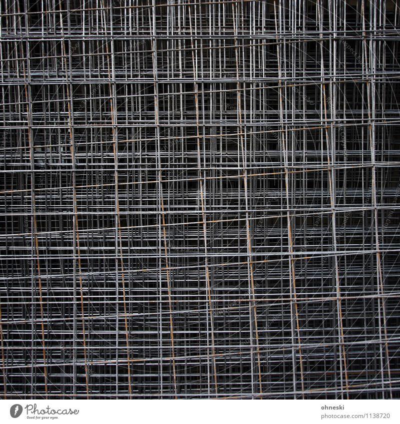 Vergittert Handwerk Baustelle Gitter Gitternetz Metall Stahl Linie dunkel Irritation Barriere Farbfoto Gedeckte Farben Außenaufnahme abstrakt Muster