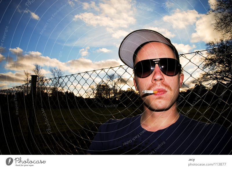 kalle raucht Himmel Mann Jugendliche Sonne Wolken Erholung Garten hell Coolness Brille Rauchen Gelassenheit Rauch Zaun Stengel Bart
