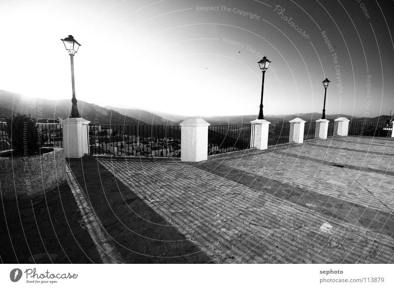 Pilze am Stiel weiß untergehen schwarz Platz Laterne Sonnenuntergang Säule Tal historisch Schwarzweißfoto plaster Stein Pfosten Berge u. Gebirge gerbe