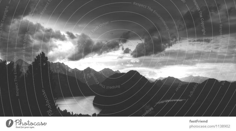 Hinter den 7 Bergen Landschaft Urelemente Wasser Himmel Wolken Gewitterwolken Sturm Berge u. Gebirge Gipfel See ästhetisch Abenteuer Bayern Schwarzweißfoto