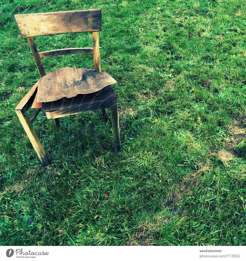 Sitzplatz - so langsam stirbt er... alt grün ruhig Einsamkeit kalt Erholung Wiese Holz braun dreckig Wetter nass Trauer Rasen Stuhl kaputt