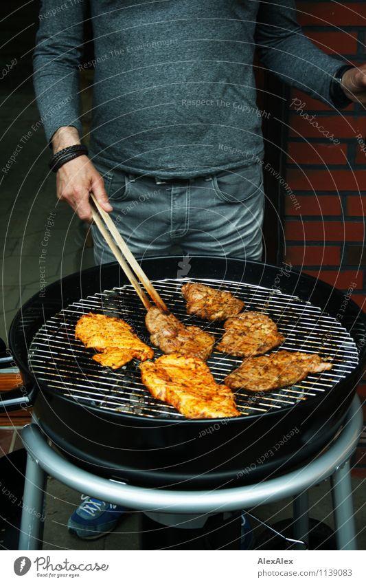 pZ2 | Grillsaison ist eröffnet Mann Erholung Hand Freude Erwachsene Glück Feste & Feiern Lebensmittel Arbeit & Erwerbstätigkeit Freizeit & Hobby Idylle