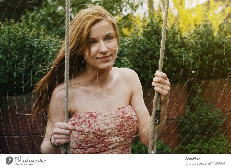 pZ2 | Vici Freizeit & Hobby Spielen schaukeln Ausflug Garten Junge Frau Jugendliche Dekolleté 18-30 Jahre Erwachsene Schönes Wetter Pflanze Kleid brünett
