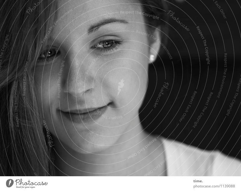 . feminin Junge Frau Jugendliche 1 Mensch T-Shirt Ohrringe langhaarig beobachten Denken Lächeln Blick träumen warten schön Glück Zufriedenheit Lebensfreude