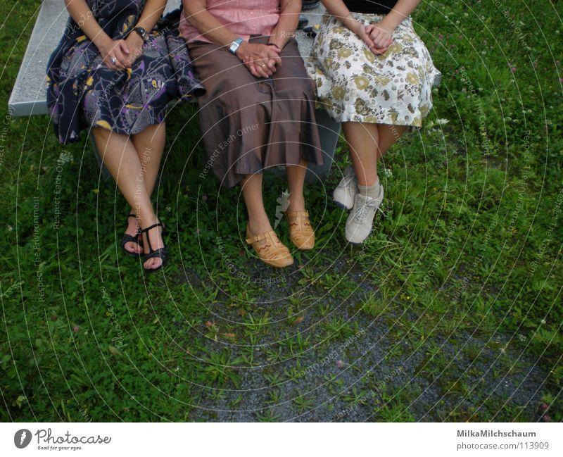 drei engel für eine tischtennisplatte Generation 3 Sandale Unbeschwertheit Sommer Frühling Wiese grün Kleid festlich Tischtennis Hand violett braun Blume Frau