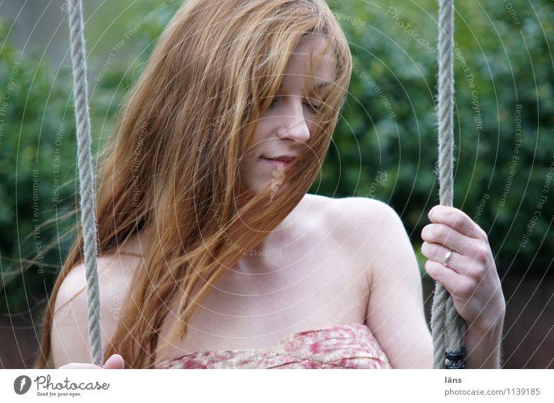 pZ2 l in meiner Welt Haare & Frisuren feminin Junge Frau Jugendliche Erwachsene Leben 1 Mensch 18-30 Jahre langhaarig Bewegung festhalten Lächeln schaukeln