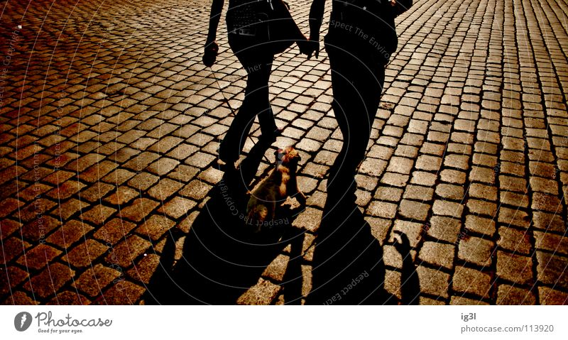 after sunset Sonnenuntergang Sonnenlicht Warmes Licht rot Untergrund London Underground Muster Richtung Fluchtpunkt diagonal Liebespaar Partnerschaft Ehe