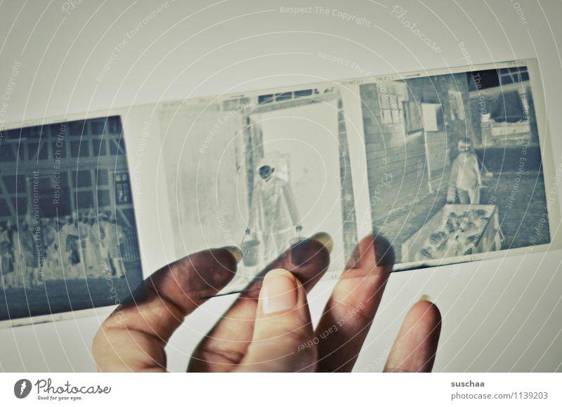 alte negative IV analog Hand Finger Daumen Fingernagel festhalten durchsichtig Erinnerung Nostalgie Familienalbum Quadrat