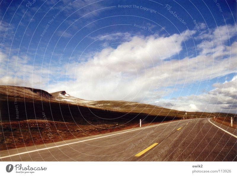Hurtigroute Himmel Natur Landschaft Wolken Ferne Berge u. Gebirge Straße oben Horizont Schilder & Markierungen offen Geschwindigkeit Güterverkehr & Logistik fahren Verkehrswege Kurve