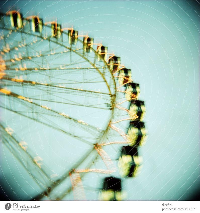 bloß nicht rausfallen Freude dunkel groß Kindheitserinnerung Macht rund Romantik Aussicht Jahrmarkt drehen Tradition Dom Holga Nachthimmel Riesenrad Attraktion