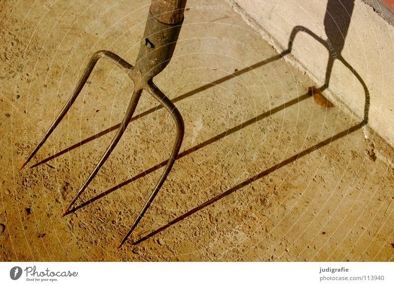 Dreizack Forke Werkzeug Landwirtschaft 2 3 Stahl Schmied schmieden Waffe Stall Beton Farbe Handwerk streugabel Schatten Spitze holzstiel gabelkopf bauernkrieg