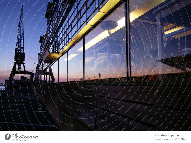 Spiegelung im Hafen ruhig Ausflug Sightseeing Gastronomie Feierabend Hamburg Stadt Fassade Fenster Glas Kitsch Hamburger Hafen Industriefotografie Kran