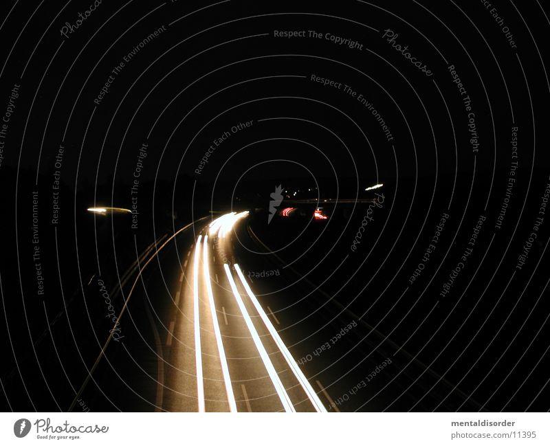 Abfahrt KS-Nord Licht Nacht Autobahn Geschwindigkeit fahren Streifen rot gelb weiß Baum Sträucher Fahrbahn Barriere lang Belichtung Bewegung Lastwagen Fahrzeug