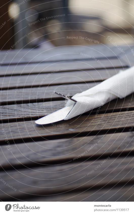 auf arbeit | mise en place Messer Gabel Serviette Tisch Holztisch Esstisch Metall dünn authentisch weich braun weiß praktisch vorbereitet Farbfoto mehrfarbig