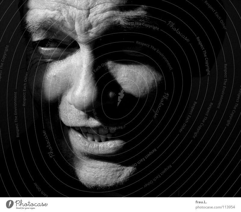 Jack Mann maskulin intensiv 50 plus Augenbraue buschig Sonnenlicht Porträt Zähne zeigen Zwinkern böse Kommunizieren Mensch Blick Gesicht typisch Falte Kontrast