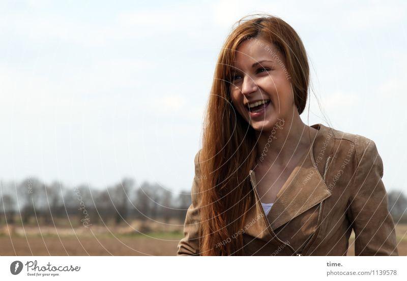 . feminin Junge Frau Jugendliche 1 Mensch Umwelt Landschaft Schönes Wetter T-Shirt Jacke rothaarig langhaarig lachen Blick warten schön Freude Glück