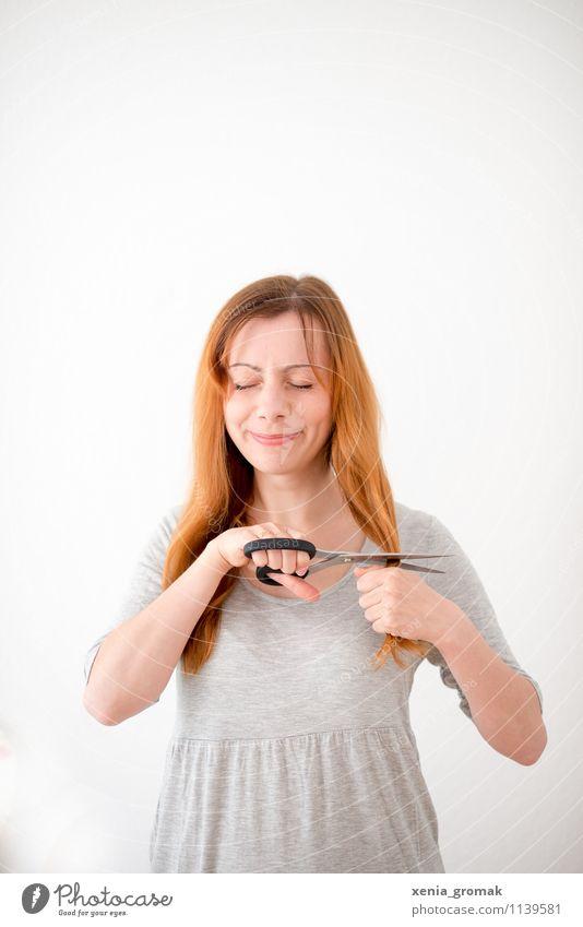 Haare schneiden Lifestyle schön Körperpflege Haare & Frisuren Freizeit & Hobby Spielen feminin Leben 1 Mensch rothaarig langhaarig orange Freude beweglich