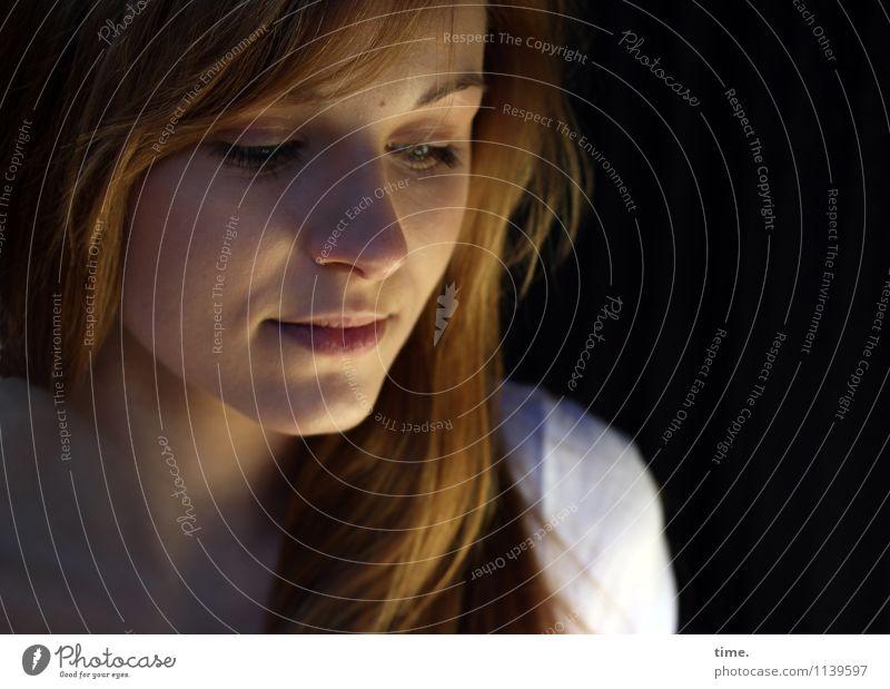 . Mensch Jugendliche schön Junge Frau ruhig Gefühle feminin Denken träumen Zufriedenheit blond warten Lebensfreude beobachten Schutz Neugier
