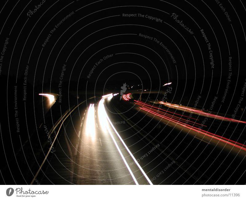 Abfahrt KS-Nord II Licht Nacht Autobahn Geschwindigkeit fahren Streifen rot gelb weiß Baum Sträucher Fahrbahn Barriere lang Belichtung Bewegung Lastwagen PKW