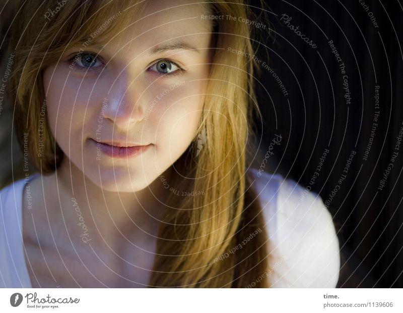 Vici feminin Junge Frau Jugendliche 1 Mensch T-Shirt blond langhaarig beobachten Lächeln Blick schön Zufriedenheit Lebensfreude Vertrauen Wachsamkeit Neugier
