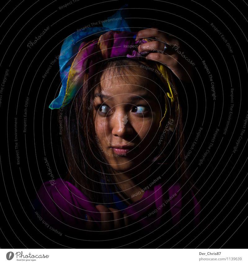 Im Dunkeln feminin Junge Frau Jugendliche Gesicht 1 Mensch 18-30 Jahre Erwachsene Künstler Theaterschauspiel Stoff Kopftuch exotisch Neugier Verschwiegenheit