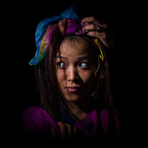 Im Dunkeln Mensch Jugendliche Junge Frau 18-30 Jahre Erwachsene Gesicht feminin Angst Neugier Stoff exotisch Theaterschauspiel Künstler Scham Kopftuch Hemmung