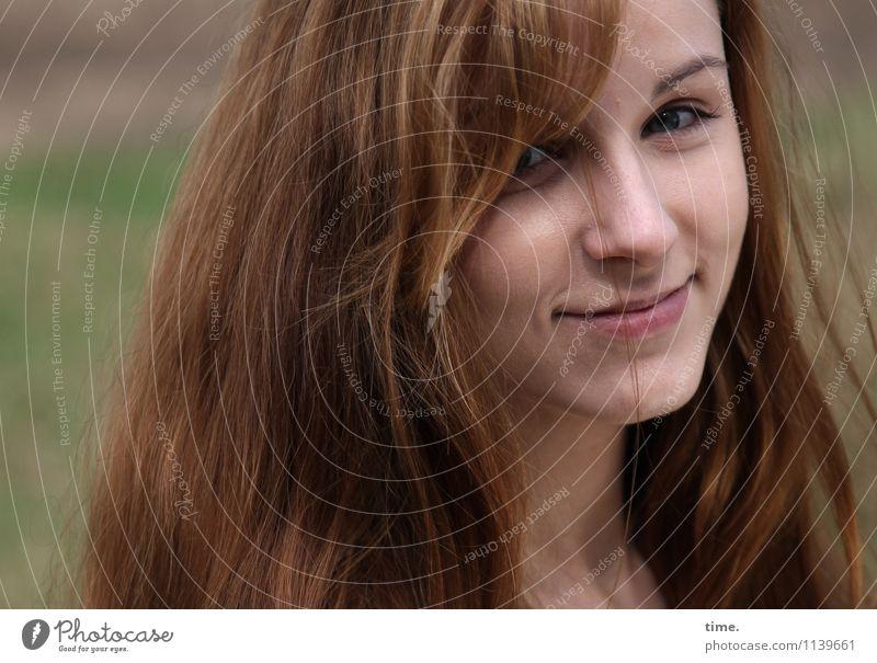 . feminin Junge Frau Jugendliche 1 Mensch rothaarig langhaarig beobachten Lächeln Blick warten schön Glück Zufriedenheit Lebensfreude Vertrauen Sicherheit