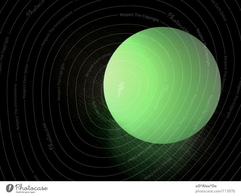 Leuchtkugel in grün grün Farbe dunkel Lampe hell Beleuchtung rund Kugel Langeweile grell Lichtschein Leuchtrakete