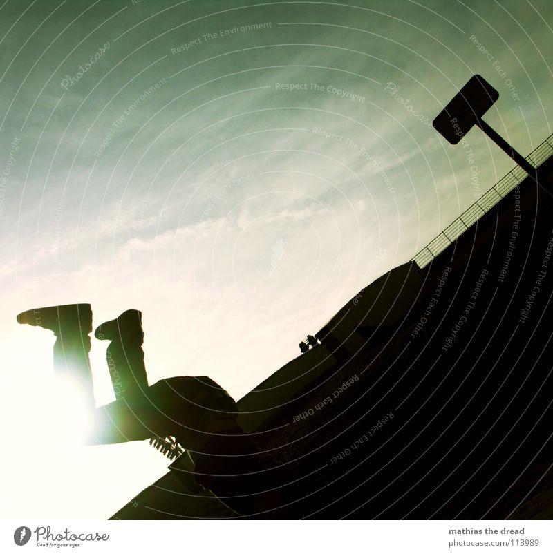 FLIP AROUND! 3 dunkel schwarz Silhouette Oberkörper Mann bedrohlich diagonal Gegenlicht grün Wolken Schleier Freude Spielen Straßennamenschild what is he doing?