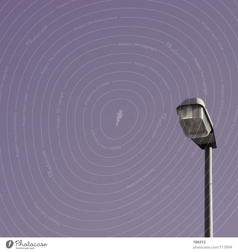 SIMPLE THINGS Lampe violett Licht Spender Bremen sehr wenige einfach dunkel Himmel wirklich Laterne Leuchter Detailaufnahme Industrie schön lamp Metall Statue