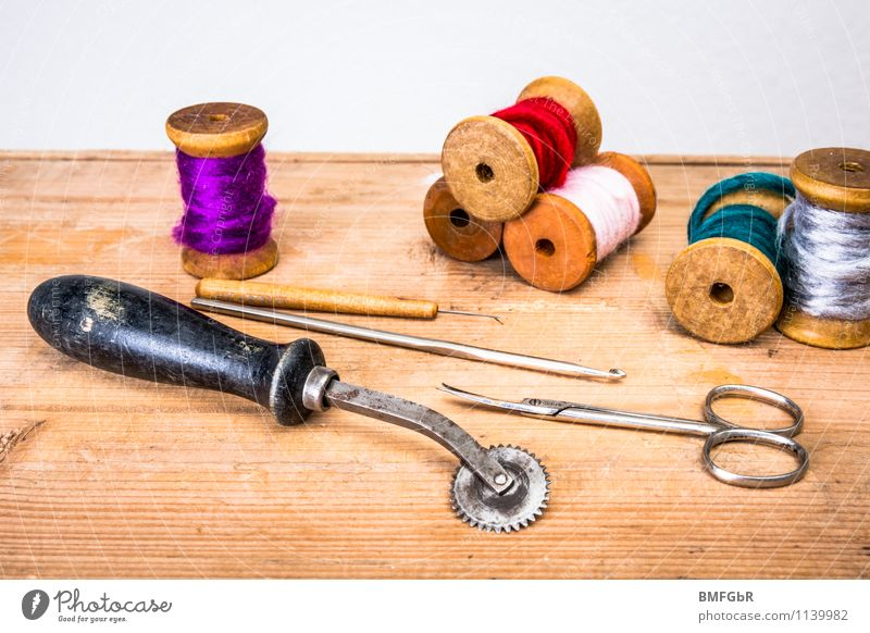 Aus Omas Nähkästchen Freude Mode Dekoration & Verzierung Dinge Kreativität Neugier Kitsch Holzbrett Dienstleistungsgewerbe Sammlung Handwerk Handel Nähgarn