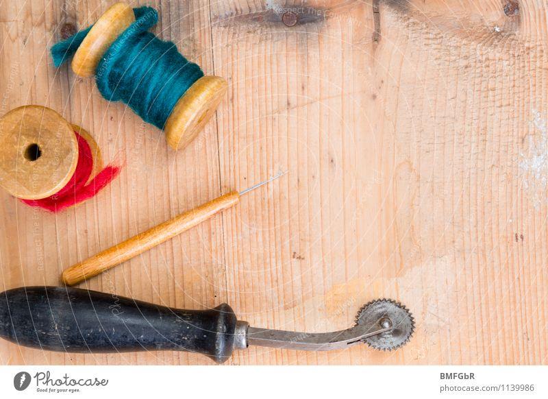 Mein kreatives Hobby Beruf Handwerker Schneider Schere Nähgarn Einfädler Kopierrädchen Faden Zwirn Holzbrett Holztisch einzigartig Kreativität Freude