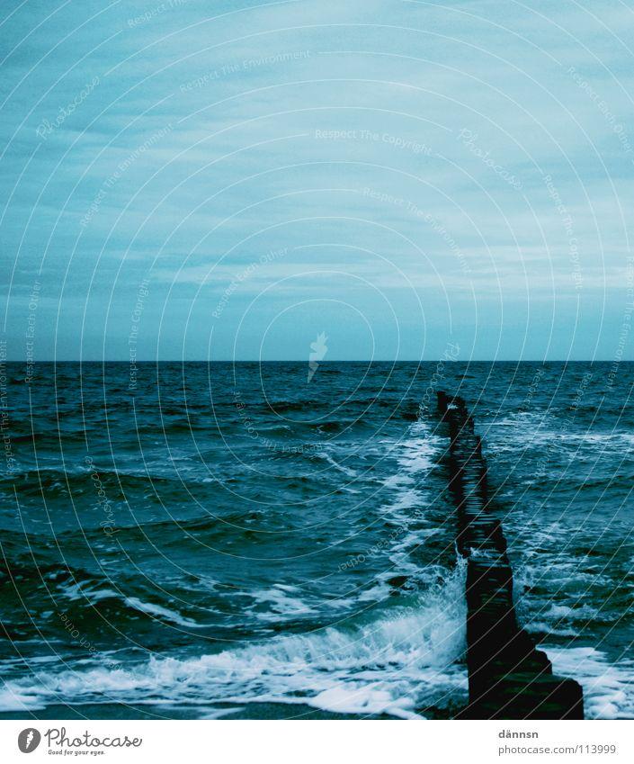 Wasserkälte Wasser Himmel weiß Meer blau Holz Luft Wellen Schaum Buhne Holzpfahl