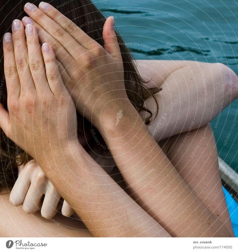 help me! Frau Wasser Hand schön Sommer Gesicht Tod lachen lustig Freundschaft Finger Fluss verstecken Mitarbeiter Umarmen verdeckt