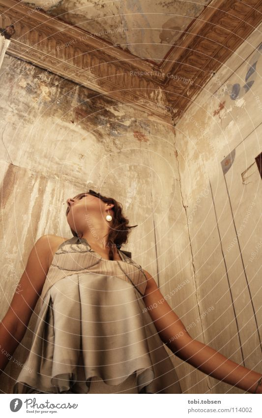 VLC#1 Kleid BH Frau Altbau Villa Atelier Stuck Putz Wand Physik Sommer Spanien Valencia Bekleidung Stoff Seide Nackte Haut Kinn Wandmalereien Gemälde Erde Sand