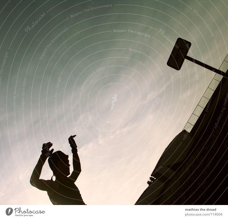 FLIP AROUND! 4 dunkel schwarz Silhouette Oberkörper Mann bedrohlich diagonal Gegenlicht grün Wolken Schleier Freude Straßennamenschild what is he doing?