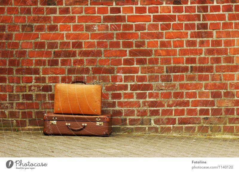 Einfach wag! Haus Altstadt Menschenleer Bauwerk Gebäude Architektur Mauer Wand alt nah braun rot Koffer Ferien & Urlaub & Reisen Farbfoto mehrfarbig