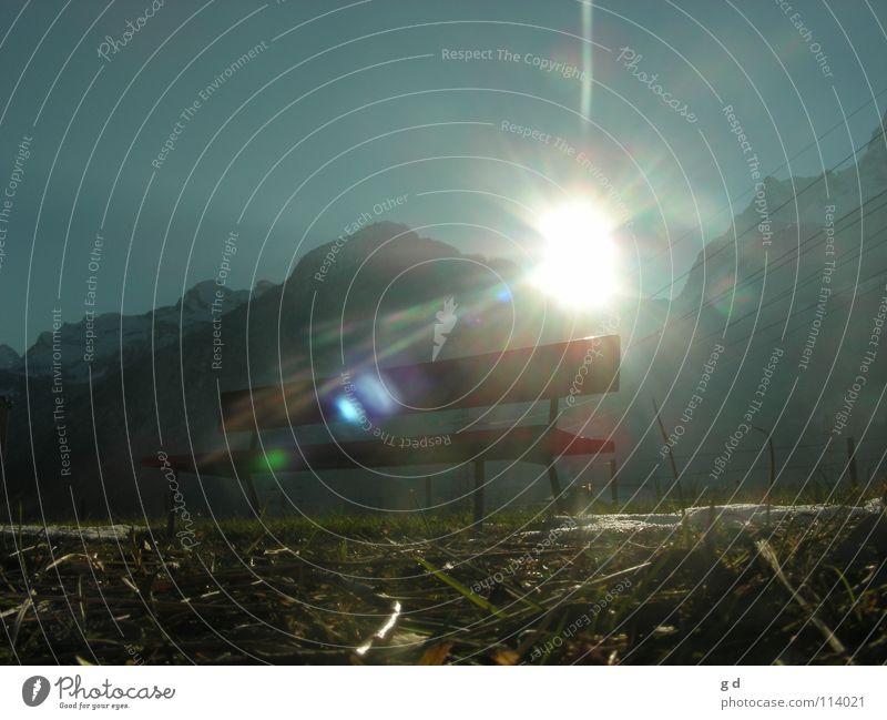 Schnee von gestern Gras Wiese Sonnenstrahlen blenden rot grün weiß Froschperspektive Zaun Elektrizität Himmelskörper & Weltall Bank Beleuchtung blau hell