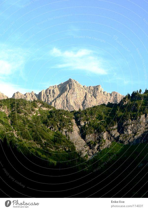 Ein Bergchen in der Landschaft Wolken Wald Wiese grün schwarz Panorama (Aussicht) Sommer Verkehr Himmel blau Berge u. Gebirge Massif Alpen Tal Schatten